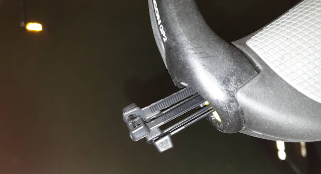 Kabelbinder im Lenker