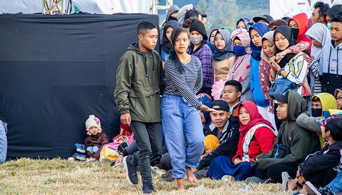 Penonton Kesenian Kubro Siswo yang ikut kerasukan