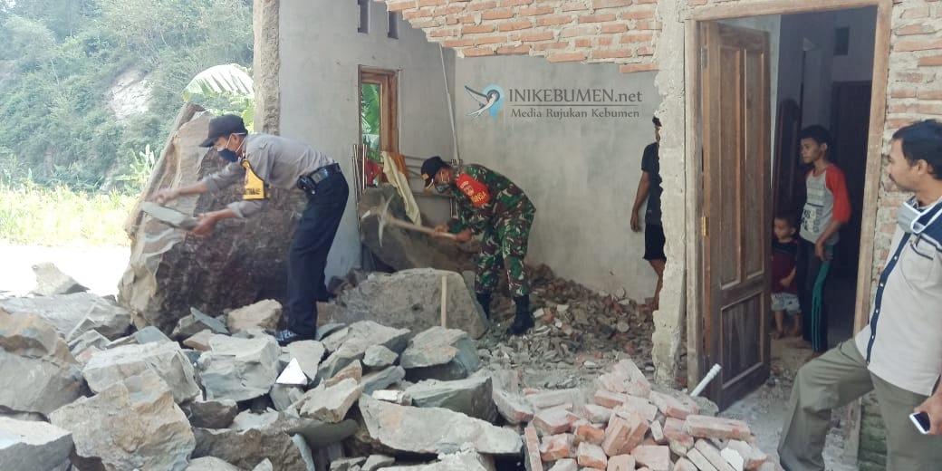 Diterjang Bongkahan Batu Cadas, Dinding Rumah Warga Alian Jebol