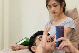 Kebanyakan wanita hari ini makin stress. Suami tak bagi perhatian, sibuk dengan hp-nya.