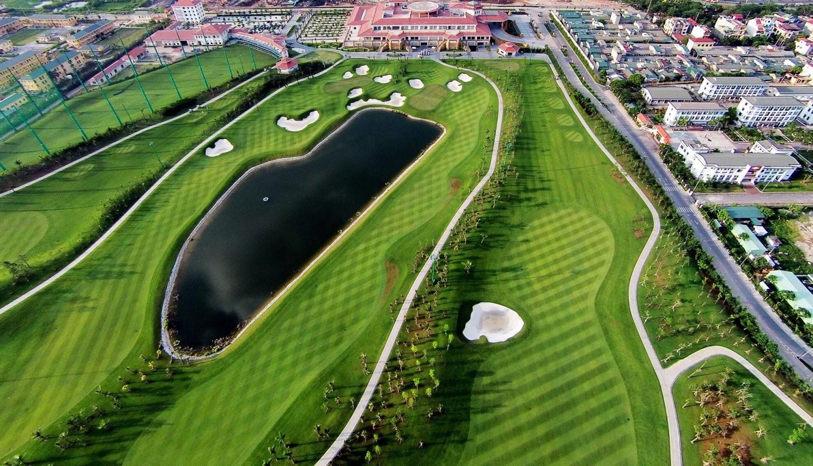Sân Golf Long Biên nằm sát với sân bay Gia Lâm.
