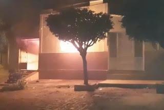 Homem é preso após tentativa de homicídio contra a namorada e incendiar a casa dos pais