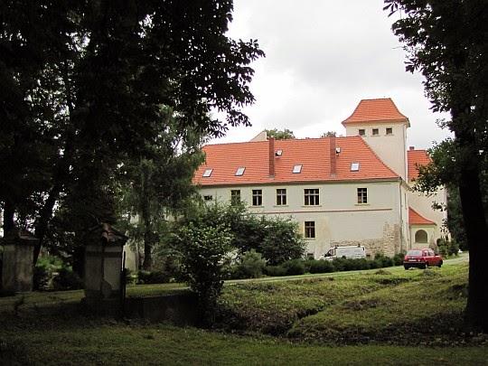 Zespół pałacowy z 1660 roku w Piotrowicach Nyskich.