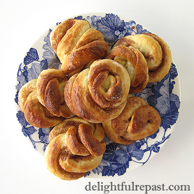 Swedish Cinnamon Buns - Kanelbullar / www.delightfulrepast.com