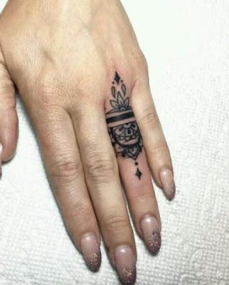 Tatuajes en los dedos minimalistas chiquitos