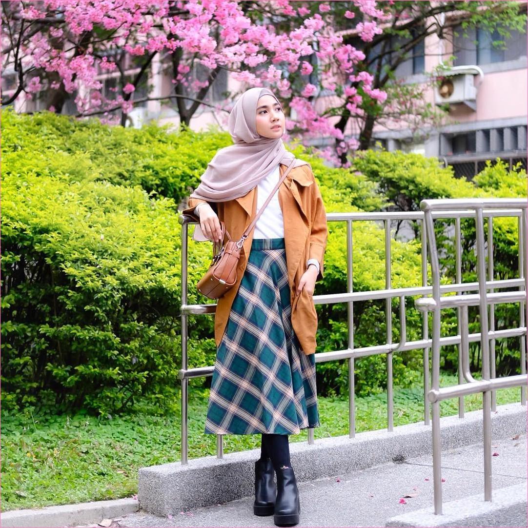 Outfit Kerudung Pashmina Ala Selebgram 2018 hijab pashmina sifon krem jaket blazer oren mangset putih rok A-line kotak hijau tosca tua legging ankel boots hitam slingbags coklat ciput rajut ootd trendy kekinian jepang bunga taman