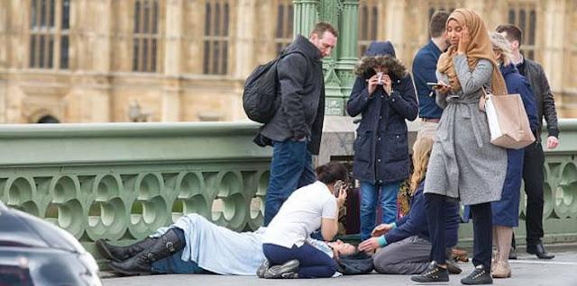 """حقيقة صورة الفتاة المحجبة التي أثارت غضب البريطانيين لحظة تنفيذ الهجوم التي أثارت غضب البريطانيين واتهموها بـ""""اللامبالاة"""" وانعدام الإنسانية"""