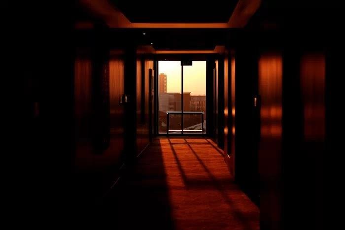 Фотография прихожей с видом из окна