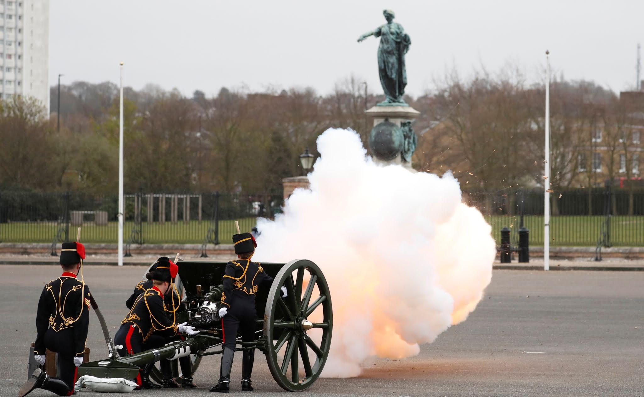 El Reino Unido le rindió tributo al príncipe Felipe con salvas de cañón