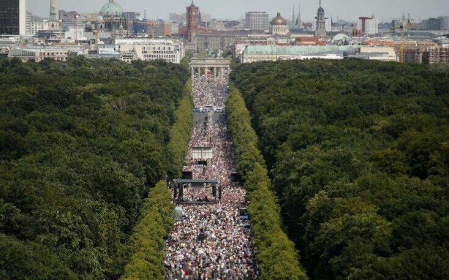 Μεγάλη διαδήλωση στο Βερολίνο από… αρνητές της πανδημίας του κορωνοϊού
