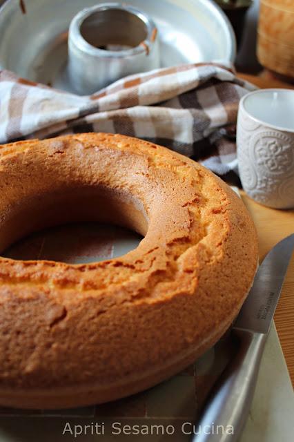 La ricetta perfetta per una soffice ciambella allo yogurt, aromatizzata con scorza di limone. Senza burro e se volete senza glutine.