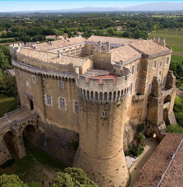 De início foi um quartel romano e depois uma formidável fortaleza medieval