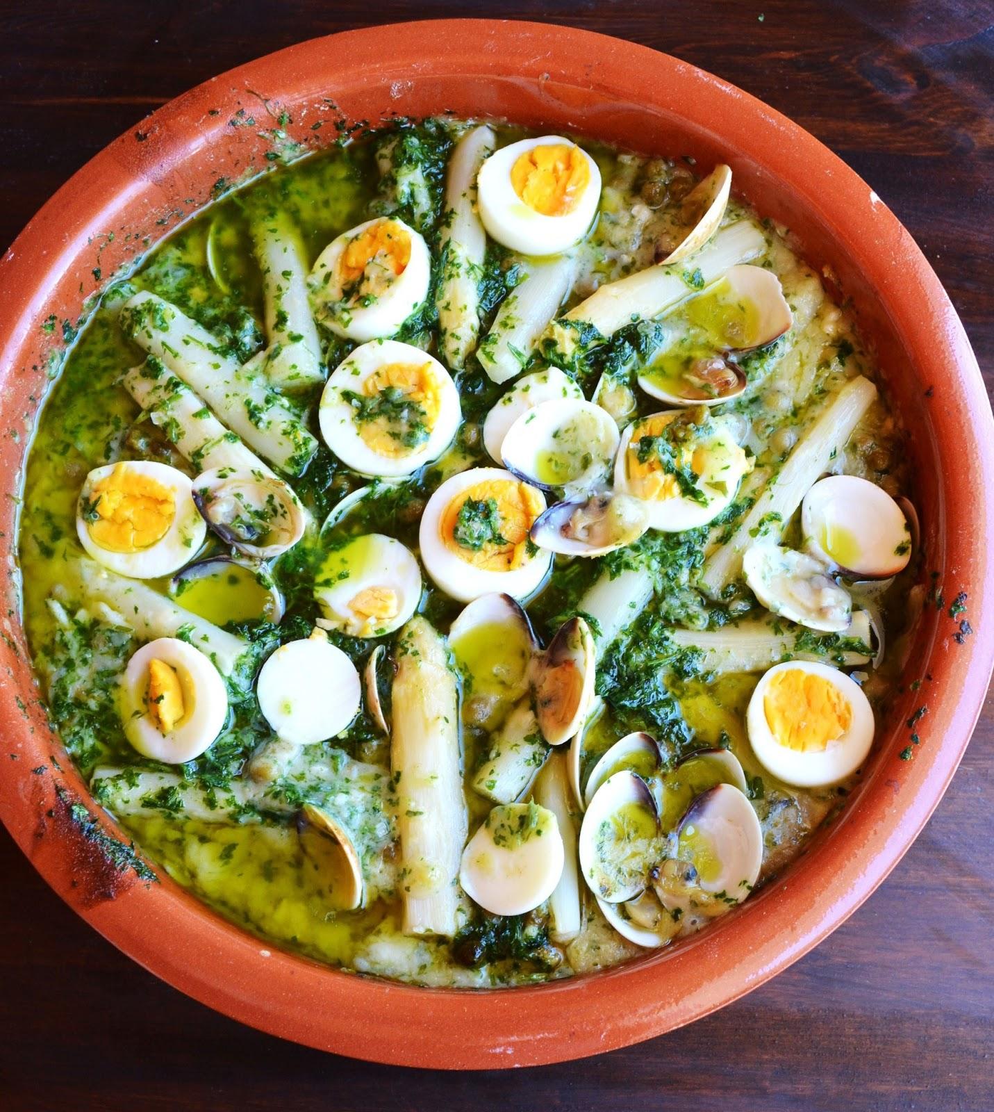 Recetas para enamorar y dulces bocaditos merluza en salsa verde con esparrajos y almejas - Almejas con salsa verde ...