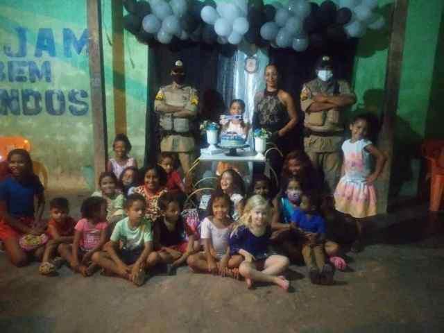 Polícia Militar participa de aniversário de criança apaixonada em ser policial militar em São Miguel