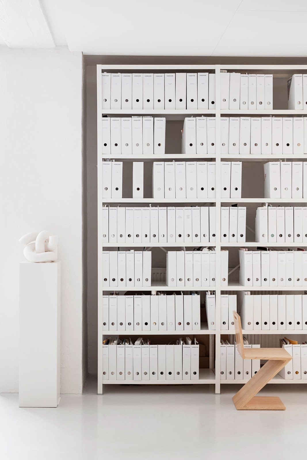 Increible estantería de oficina con todas las carpetas blanca