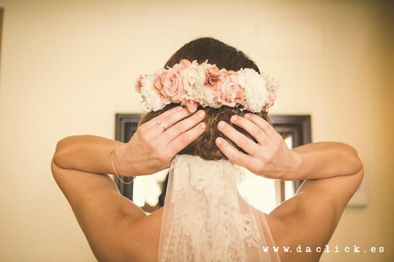 novia velo bajo flores cabeza