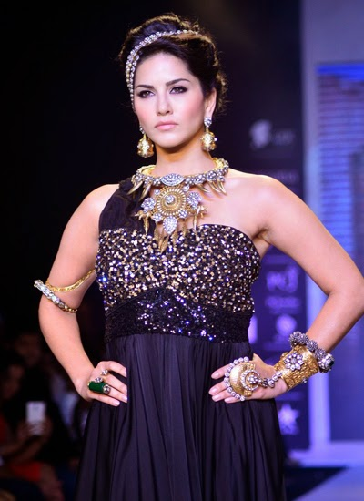 Sunny Leone's sizzling walks the ramp for Apala Jewels at IIJW 2014