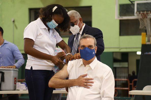 Presidente Luis Abinader recibe su tercera dosis de la vacuna contra el coronavirus