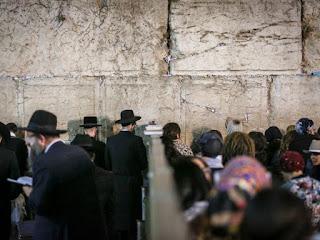 """Decenas de miles de personas participaron en la medianoche de ayer, lunes, en la Explanada del Muro Occidental, mal llamado """"de los Lamentos"""", en Jerusalem, en el servicio principal de Slijot, las disculpas que se imploran a D's previo al veredicto del Juicio Celestial que dictará mañana, miércoles, en Iom Kipur [Día del Perdón], junto con los grandes rabinos de Israel, el sefaradí Itzjak Iosef y el ashkenazí David Lau, y el rabino del Kotel Hamaarabí y los Lugares Sagrados, Shmuel Rabinowitz."""