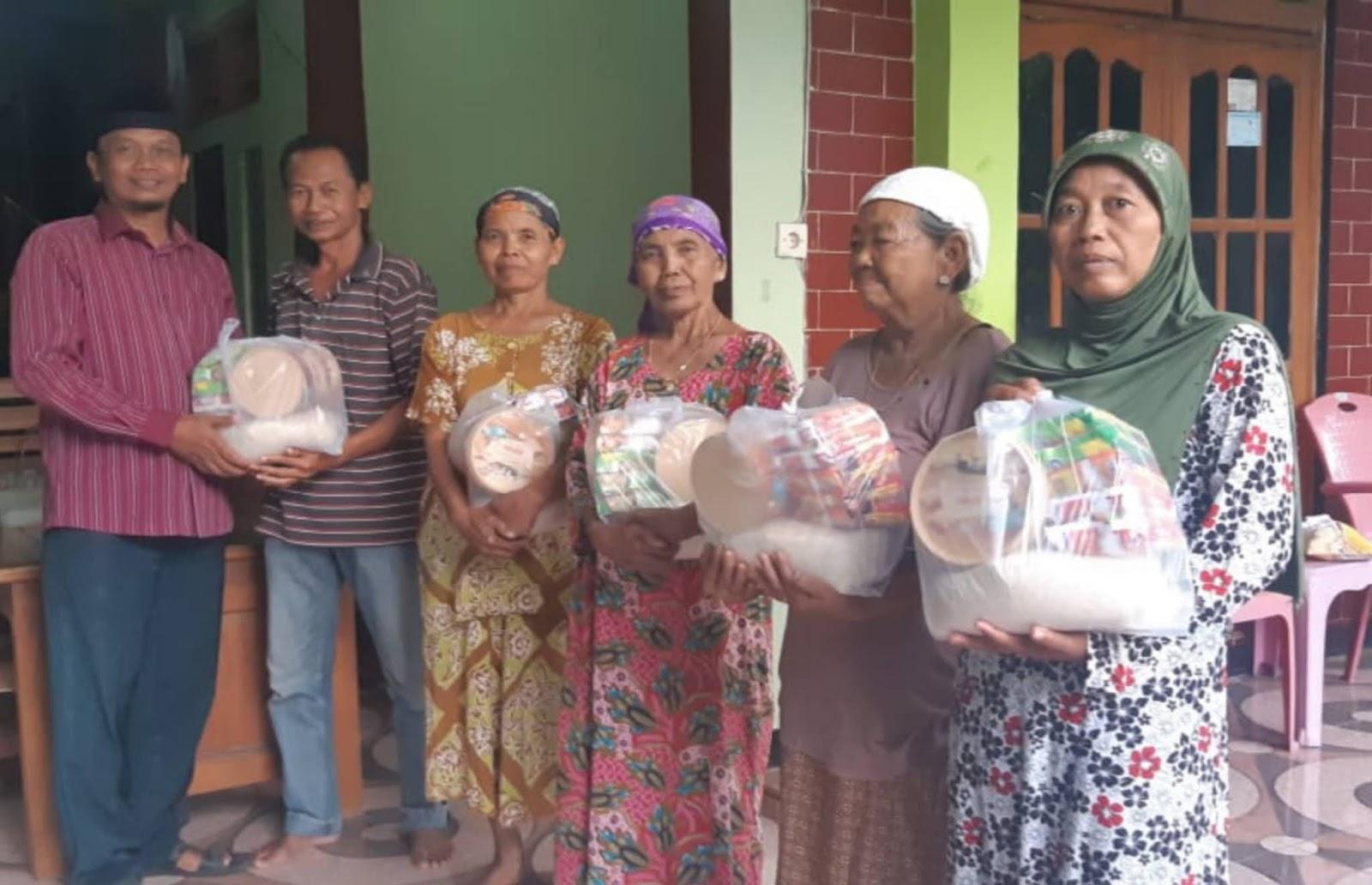 NIDI BASUKI MANTAN KEPALA DESA PUTREN BAGIKAN 250 PAKET SEMBAKO PADA MASYARAKAT.
