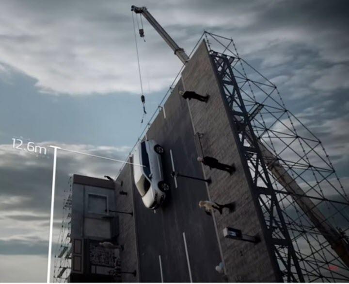 Video: Kia Sedona thể hiện tốt trong bài kiểm tra rơi từ độ cao 12 mét