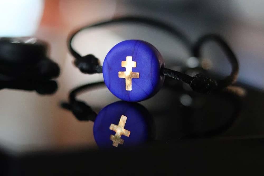 La croix de Lorraine : bracelet en verre bleu Made in France