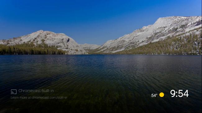 شاشة توقف Android TV الافتراضية لبحيرة محاطة بالجبال.