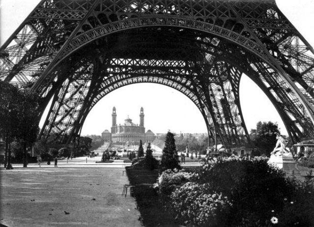 54 Vintage Photographs Captured Street Scenes Of Paris In