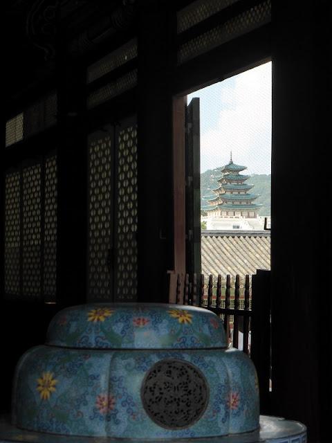 Vista de la Pagoda del Museo de Tradiciones de Seul desde Geunjeongjeon Hall