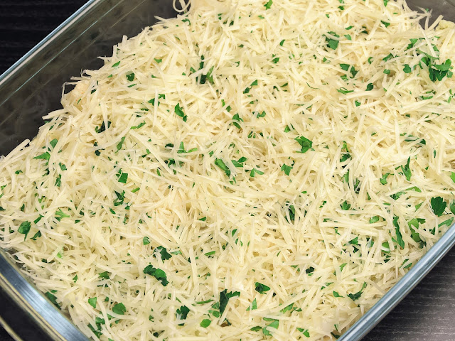 Посыпьте блюдо сыром с зеленью, фото
