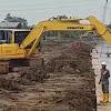 Proyek Normalisasi, Kok Buang Tanahnya Ke Sungai, Emang Boleh ???