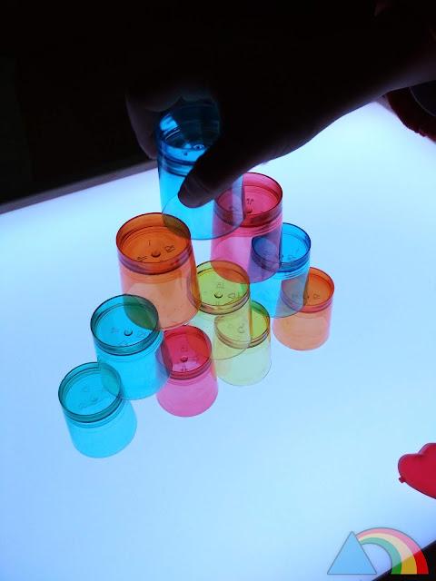 Construcciones con vasos de chupito sobre la mesa de luz