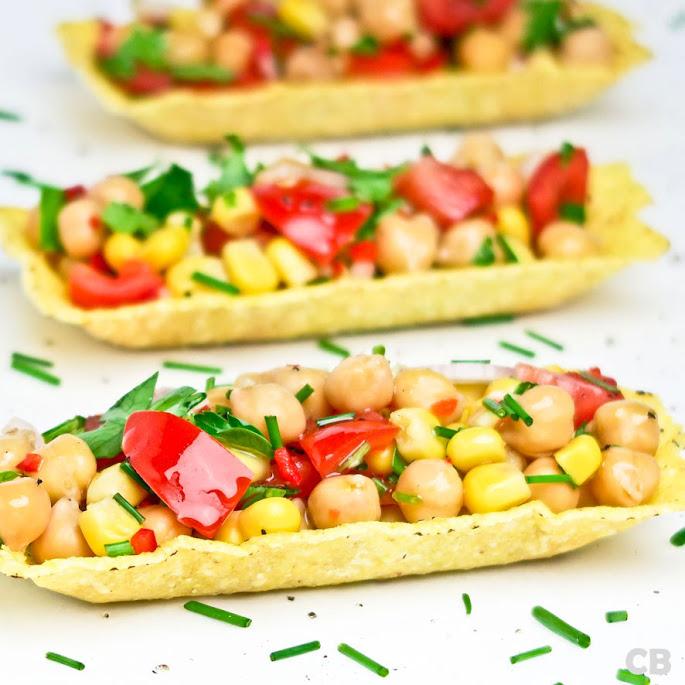 Tacobakjes met kikkererwtensalade met mais en tomaat