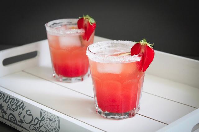 Bezalkoholowy koktajl z truskawkami i bazylią