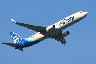 Alaska Airlines 737 in new livery departs SEA