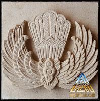 ornamen batik gurdo/garuda dibuat dari batu alam paras jogja/batu putih