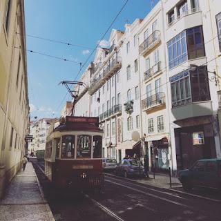 bonde passando pelas ruas de Lisboa