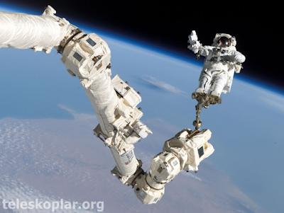 Uzayda yürüyüş yapan astronot