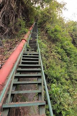 tangga ke atas air terjun Ogi