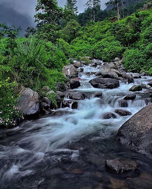 foto trekking di sungai gunung puntang jawa barat