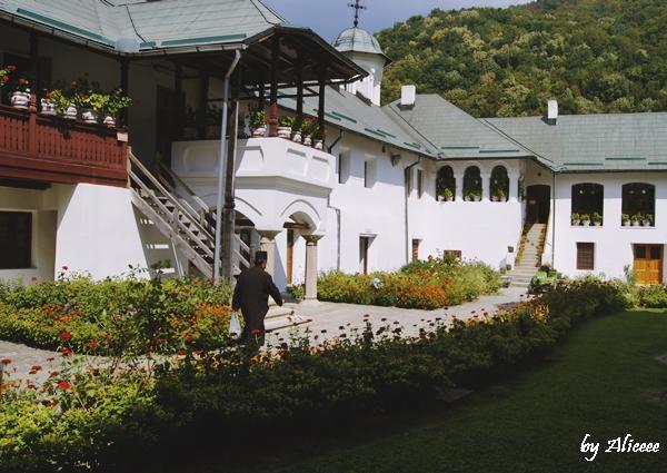 calugari-manastirea-cozia