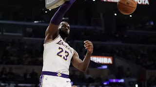 Aksi LeBron James melakukan dunk. Foto: AP