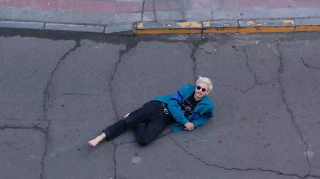 Francisco Gana posando recostado en la calle musica chilena música chilena