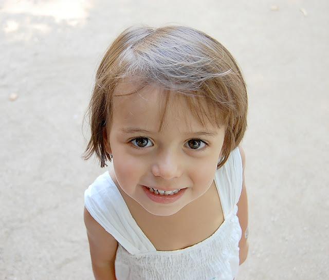 Kind lächelt schüchtern