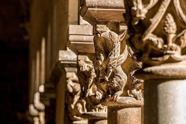 Grifo en el Claustro del Monasterio de Sant Cugat del Vallès :: Canon EOS5D MkIII | ISO100 | Canon 70-200@200mm | f/8.0 | 1/60s