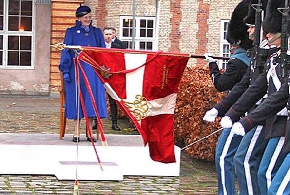 This year, the selected guard became Mathias Sanintclair Ossian McKinnon and he received the clock from the Queen. Margrethe in blue wool coat