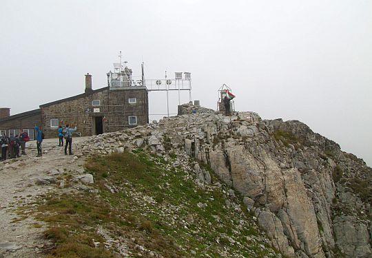 Stacja meteo, a po prawej obelisk szczytowy.