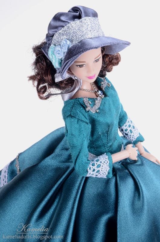 Suknia dla lalki wzorowana na XIX-wiecznej modzie.