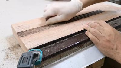 إزالة الدهان القديم من على سطح الخشب بإستخدام الصنفرة الدبابة