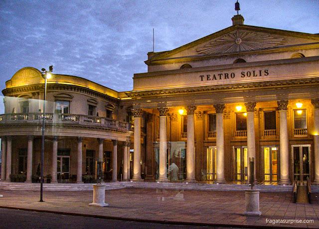 O Teatro Solís fotografado através da vidraça do Café Bacacay, Cidade Velha de Montevidéu